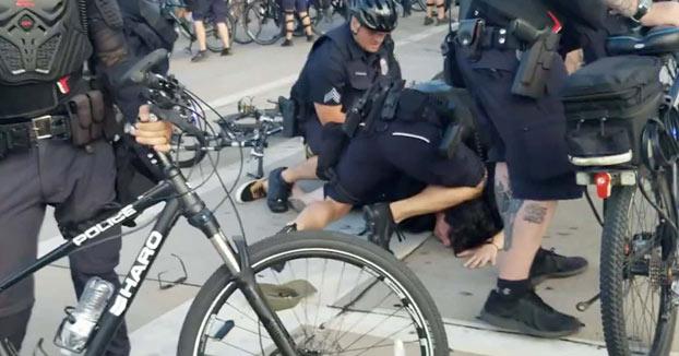 Un policía de Milwaukee se arrodilló sobre el cuello de un manifestante por más de un minuto