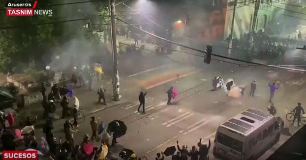 Un policía dispara un proyectil en el pecho de una mujer en Seattle durante las protestas