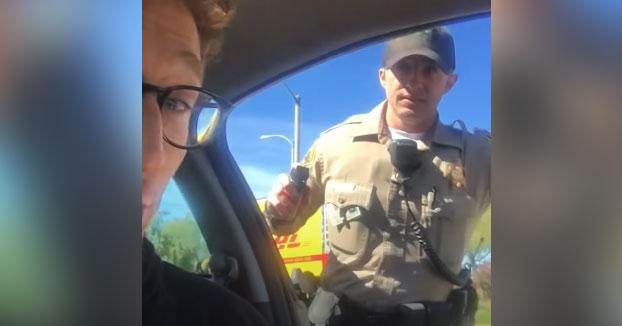 Un policía intenta rociar con spray pimienta a un conductor por superar el límite de velocidad y negarse a bajar del coche