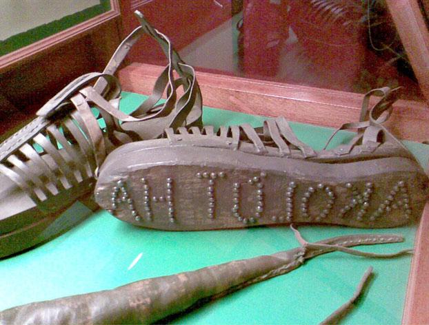 Sandalias de una prostituta de la antigua Grecia con la inscripción ''Sígueme''