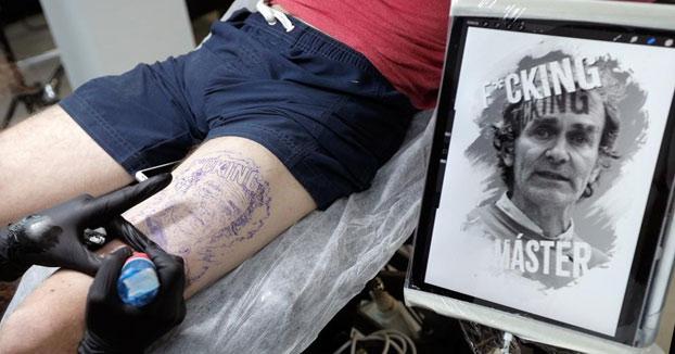 Un joven valenciano se tatúa la cara de Fernando Simón en su pierna