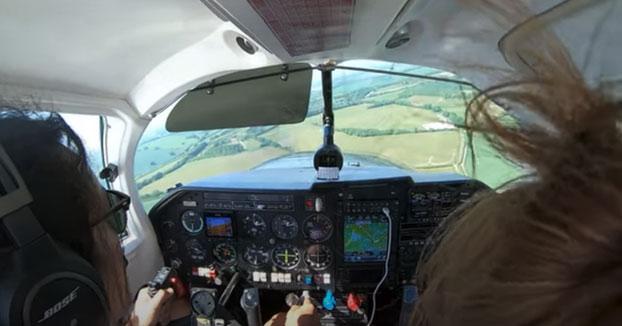Aterrizaje de emergencia en el campo después de abrirse la compuerta del equipaje en pleno vuelo