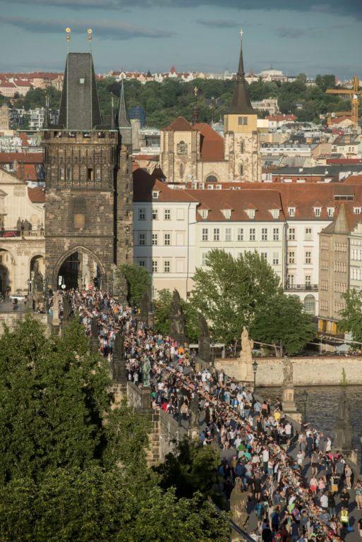 Los checos celebran ''el fin de la crisis'' del coronavirus con un banquete en un puente de Praga