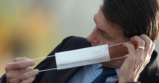 Bolsonaro aviva la polémica tras asegurar que llevar mascarilla es ''de gays''