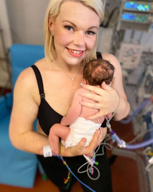 Una mujer que no sabía que estaba embaraza da a luz de repente y tras correr siete kilómetros