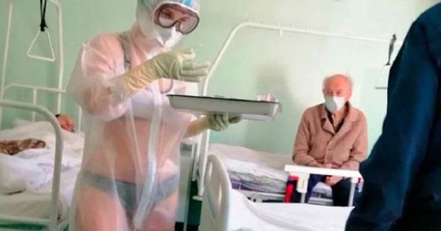 La enfermera rusa que se hizo viral por solo llevar un bikini bajo el EPI transparente, contratada como modelo