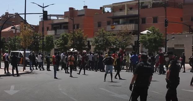 Decenas de inmigrantes, con varios positivos por Covid-19 se escapan de su confinamiento en Albacete y provocan altercados y disturbios graves