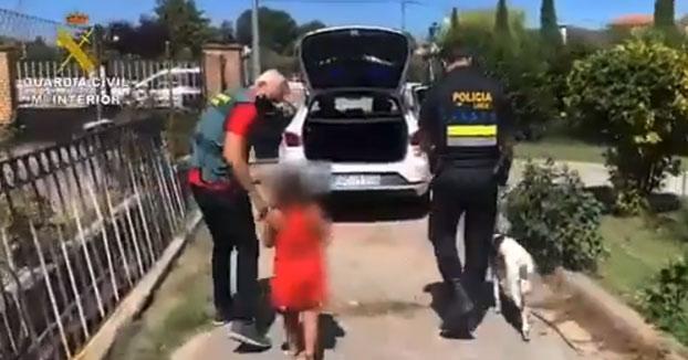 La Guardia Civil rescata a una niña de 7 años abandonada en la carretera por el novio de su madre. La pequeña estaba abrazada a su perro