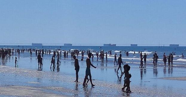 El fenómeno conocido como 'Fata Morgana' sorprende a los bañistas de la playa de Punta Umbría