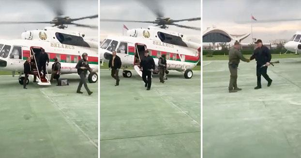 Lukashenko se baja de un helicóptero con un fusil mientras la oposición protesta cerca de su residencia