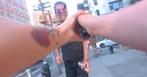 Actuación policial de dos mujeres policías ante un hombre con un cuchillo