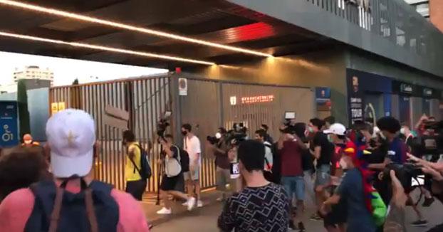 Aficionados del Barça entran en el Camp Nou para increpar a Bartomeu por el caso Messi