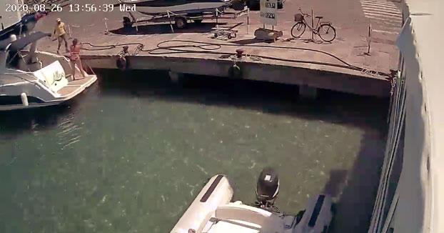 Un barco explota cuando estaba repostando en el puerto y la mujer sale volando por los aires