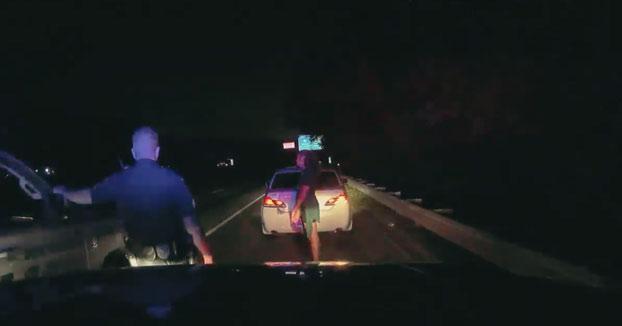 Un conductor choca contra un coche de policía durante una parada de tráfico