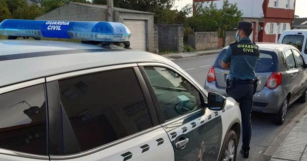 Un vecino de Cangas arremete con un hacha contra la Guardia Civil tras denunciarlo por no llevar mascarilla