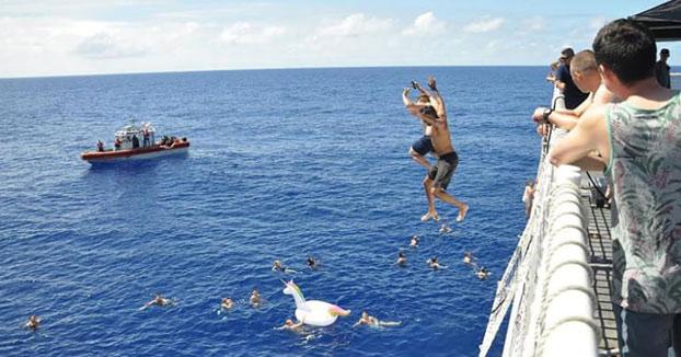 La Guardia Costera de EEUU dispara contra un tiburón para proteger a la tripulación que estaba en el agua