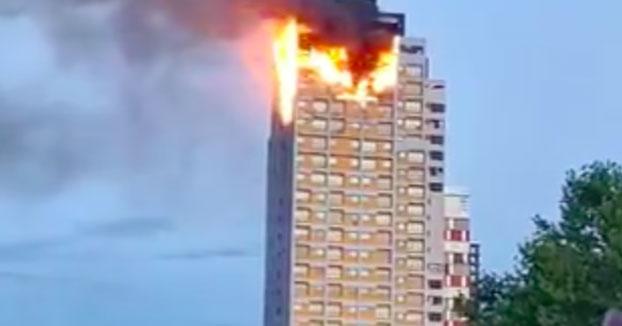 Un gran incendio devora los pisos superiores de un edificio de Madrid