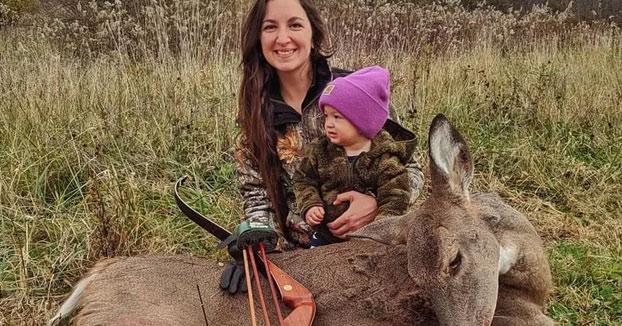 """Una madre sale a cazar con su hija de dos años para que lo vea como algo normal: """"Como debería ser"""""""