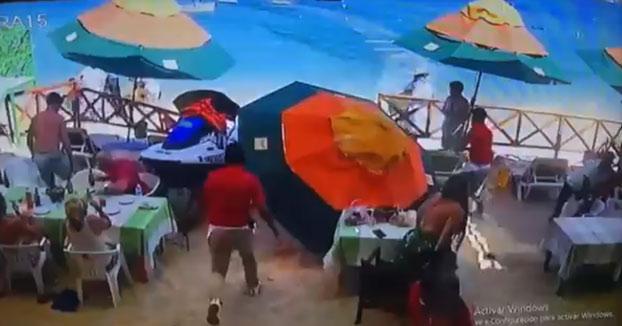 Una moto de agua se estrella contra un restaurante en México. Fallece una persona en el accidente