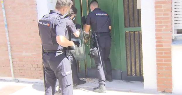Momento en el que la Policía Nacional desaloja una vivienda ocupada varias horas antes