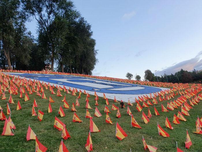 50 voluntarios han colocado 50.000 banderas de España en el parque Roma de Madrid, frente a la M-30