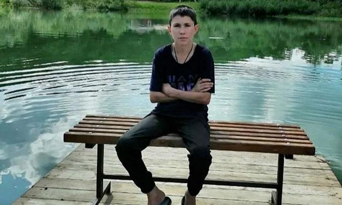 Tiene 32 años pero parece un niño de 13, así es Denís, el hombre que no envejece