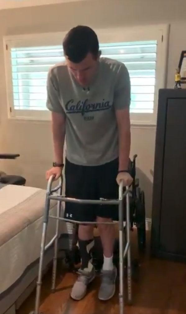 Un tetrapléjico consigue ponerse en pie por su cuenta después de 1220 días intentándolo