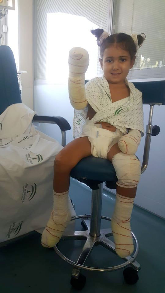 Unos padres piden ayuda para que una niña de cuatro años de Vélez-Málaga no pierda sus extremidades