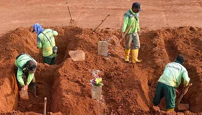 El castigo por negarse a utilizar mascarilla en Indonesia: cavar tumbas para víctimas de Covid-19