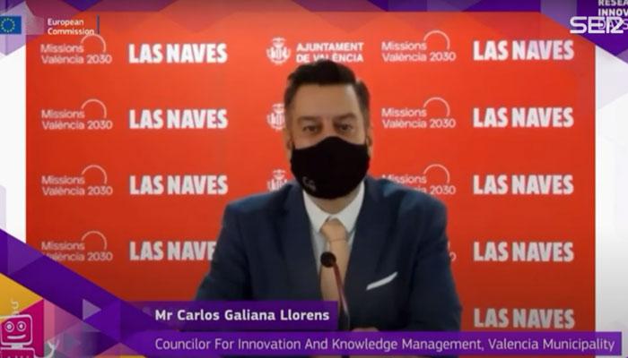 Un concejal de Valencia simula hablar inglés mientras otra persona pone la voz