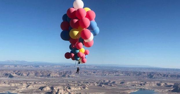 El ilusionista David Blane vuela a más de 7.500 metros de altura agarrado a un puñado de globos para después lanzarse al vacío