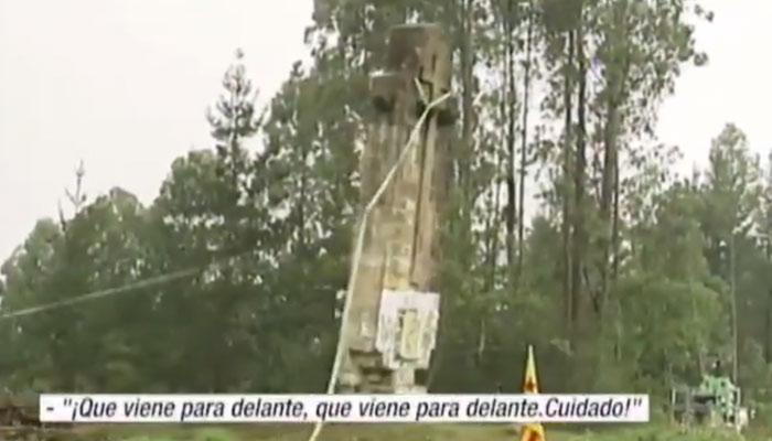Cuatro heridos en el derribo de una cruz franquista en Larrabetzu (Bizkaia). Vídeo del momento