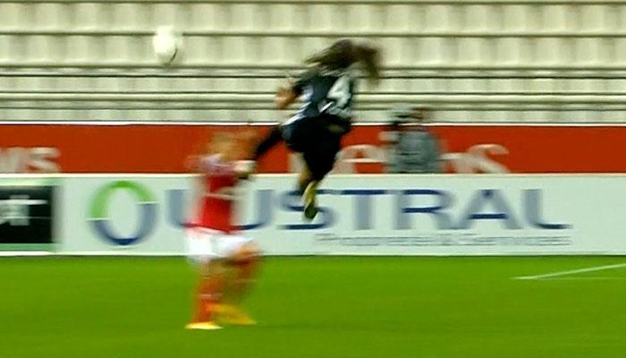 Tremenda patada en el fútbol femenino: Rodillazo en la cabeza y la víctima al hospital