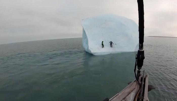 Un iceberg se da la vuelta cuando dos escaladores trataban de subir a él por una de la paredes