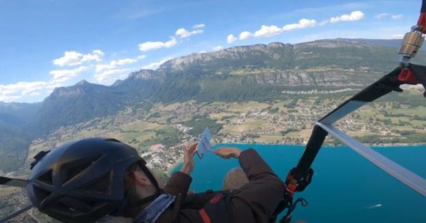 A esta mujer se le cae el iPhone 11 Pro mientras hacía parapente en los Alpes. Había comprado el móvil la semana anterior
