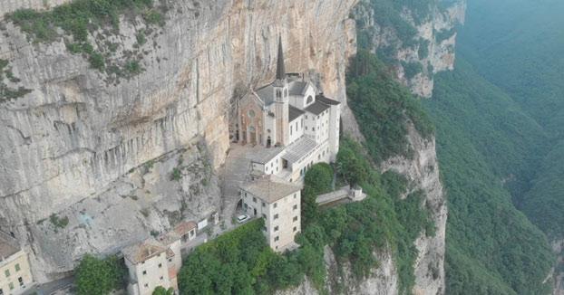 El santuario italiano Madonna della Corona a vista de drone
