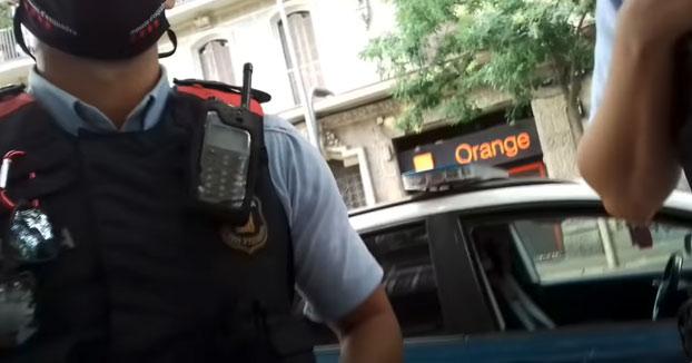 Dos policías paran a un hombre por no llevar mascarilla y este les explica que ''No la tengo que llevar, estoy caminando y es el deporte más recomendado por los médicos''