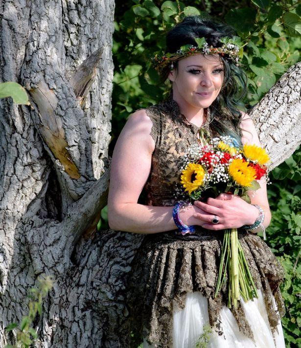 La mujer que se casó con un árbol celebra su primer aniversario y asegura que fue la mejor decisión de su vida