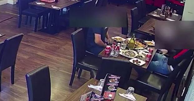 Un hombre pone pelo púbico en la comida para así no pagar la cuenta en el restaurante. No contó con la cámara de seguridad...