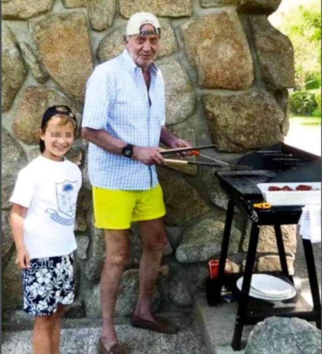Los mejores memes de la foto de Juan Carlos I junto al hijo de Corinna haciendo una barbacoa