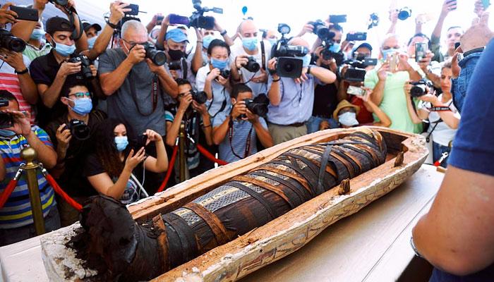 59 sarcófagos de 2600 años intactos y sellados han sido descubiertos en la necrópolis egipcia de Saqqara. Hoy se abrió el primero