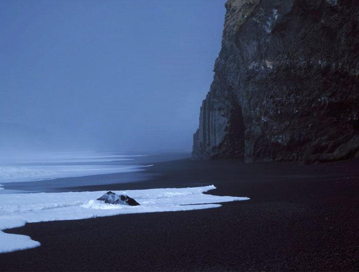 La arena negra y la niebla en las costas heladas de Islandia
