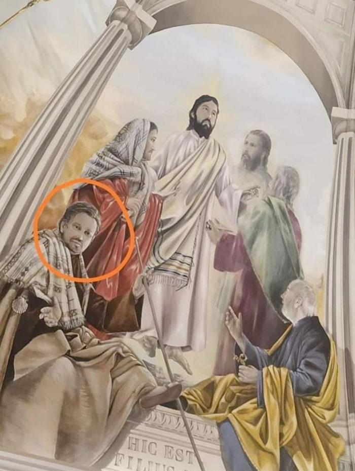 El sacerdote 'viral' de Valdepeñas, protagonista en uno de los frescos de la renovada Parroquia