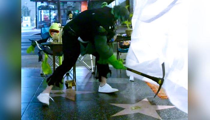 Un hombre disfrazado de Hulk destroza la estrella de Donald Trump en el paseo de la fama de Hollywood
