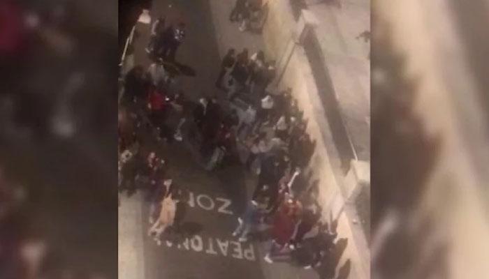 """""""Hemos venido a emborracharnos, el resultado nos da igual"""": decenas de jóvenes cantan, bailan y se abrazan en Salamanca"""