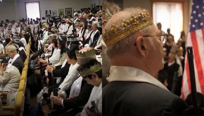 Los Moonies, una rama de la iglesia del Santuario de la Unificación y la Paz Mundial, asisten a sus misas armados con fusiles