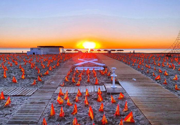 Una playa de Valencia amanece con 53.000 banderas de España en recuerdo de las víctimas de la pandemia