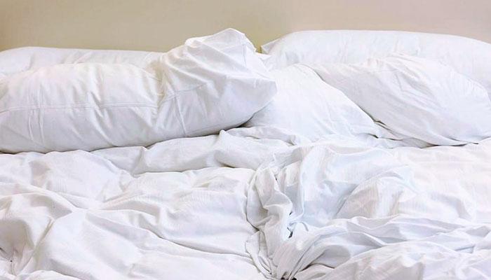Uno de cada tres británicos admite que lava las sábanas solo una vez al año