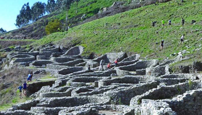 200 personas corriendo por los muros del castro de Santa Tecla