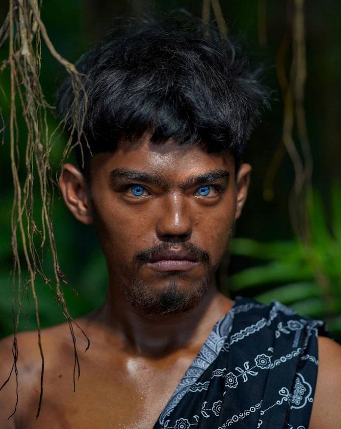 Ojos azules y brillantes: Hipnotizantes fotos de una tribu con una rara mutación genética